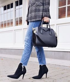 What Shoes to Wear With Cropped Jeans - Straight A Style Source by dalekis shoes with jeans Kick Flare Jeans, Ankle Boots With Jeans, Shoes With Jeans, Cropped Jeans Outfit, Cropped Pants, Crop Jeans, 60 Fashion, Fashion Looks