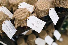 """Geleias caseiras e outras delícias em potes de vidro dão ótimas lembrancinhas para casamento rústico, combinando perfeitamente com o clima aconchegante de """"feito em casa"""". Aposte  na juta para o acabamento de suas lembrancinhas e demais DIYs."""