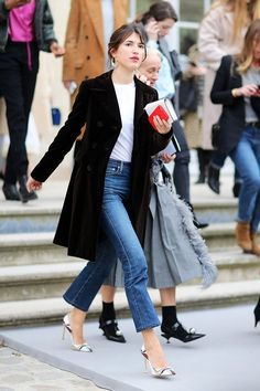 French-Girl Jean Outfits - Model and Rouje founder Jeanne Damas in Paris. Outfit Jeans, Dress Up Jeans, Jeans Outfit For Work, Classy Jeans Outfit, Jeans Heels, Swag Dress, Dress Shoes, Street Looks, Jean Outfits