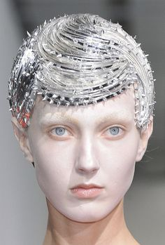 "This is totally awesome. Kind of a hair crown punky crystal thing! MakeUpMania curates the best hair and makeup looks to help us all create ""Crowning Achievements"" in our art. Original post by: wink-smile-pout: Junya Watanabe Spring 2013 Details Art Visage, Avant Garde Hair, Runway Hair, Runway Makeup, Flapper, Editorial Hair, Fantasy Hair, Junya Watanabe, Creative Hairstyles"