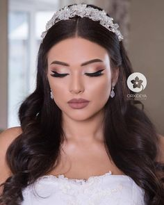 Refined make-up and perfect hair, - Wedding Makeup Videos Bride Makeup, Wedding Hair And Makeup, Bridal Hair, Hair Makeup, Makeup Tips, Wedding Guest Hairstyles, Bride Hairstyles, Peinados Pin Up, Make Up Braut