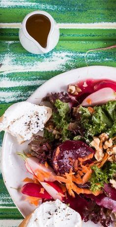 Salat muss nicht immer nur grün sein! Bringen Sie mit Roter Bete ein bisschen Farbe in Ihre Rohkost. Dieses Rezept von REWE ist eine tolle Vorspeise, zum Beispiel für Gäste.  https://www.rewe.de/rezepte/roter-salat/
