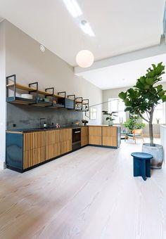Stylish high-end Danish kitchen by Garde Hvalsøe in oak and dark grey steel.