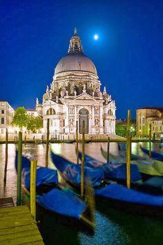 Moon Over Santa Maria della Salute, Venice, Italy www.european-backpacking.com #europeanbackpacking