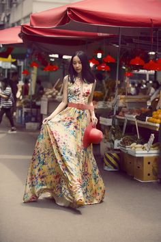 Campanha Coleção Hong Kong Primavera/Verão 2016 SS16 China. Vestido de festa longo amarelo floral