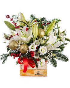 Cu crenguțe de brad, crini albi și eustoma de culoare albă, acest aranjament spectaculos este precum o pădure fermecată acoperită de albul zăpezii. Accentele roșii date de fructele de Ilex oferă dinamism, iar globurile aurii contribuie la atmosfera feerică pe care o creează acest aranjament. Dăruiește acest cadou inspirat de frumusețea iernii și adu un zâmbet cuiva drag! #winter #flowerarrangement #flori #craciun Christmas Art, Christmas Wreaths, Magnolia, Table Decorations, Holiday Decor, Home Decor, Horsehair, Decoration Home, Room Decor