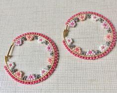 earring-gold-earring-with-micangas-miyuki-pink-earrings - Life with Alyda Bead Jewellery, Seed Bead Jewelry, Seed Bead Earrings, Hoop Earrings, Beaded Jewelry, Beaded Earrings Patterns, Beading Patterns, Beadwork Designs, Earring Tutorial