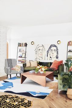 Lourdes Hernandez Colorful Modern Los Angeles Home Tour A Modern LA Home That's Low-Key Glamorous, Just Like Its OwnerSinger and artist Lourdes Hernández has created a cozy Los Angeles home as welcoming as her event space, Ruby Street. Unique Home Decor, Modern Decor, Living Room Decor Unique, Modern Boho, Decoracion Vintage Chic, Decor Scandinavian, Colourful Living Room, Decor Room, Wall Decor