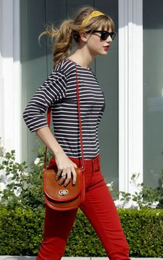 What to wear in the special day: Taylor Swift wear a striped shirt and red jeans out to the streets