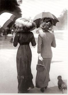 Under my umbrella: Women on the street, French, Photo by Jacques-Henri Lartigue, taken on Avenue du Bois de Boulogne, Paris. Belle Epoque, Edwardian Era, Edwardian Fashion, Vintage Fashion, Victorian Era, Vintage Photographs, Vintage Images, Old Pictures, Old Photos