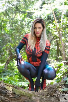 Galaxy Fantasy: Spider-Girl Cosplay lista para extender su tela de araña