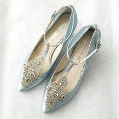 Por que não fazer um gracejo à tradição com um par de sapatos azuis no seu casamento? Da renda ao cetim, minimalista ou cheio de pedraria...