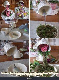 Oryginalna dekoracja stołu - Wystarczy pistolet z klejem, trochę mchu, sztuczne (lub żywe) kwiaty oraz filiżanka, widelec i spodek.