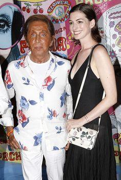 A foto que começou tudo: Valentino Garavani ao lado da atriz Anne Hathaway! Bronzeado italiano escala 7, tinindo de marrom - ainda mais no contraste com o branco neve da Anne, né?