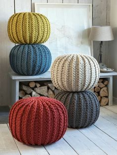 Le pouf tricot - un style cosy - Archzine.The sofa pouf - 40 ideas Floor cushions for living room. Pouf En Crochet, Crochet Floor Cushion, Knitted Cushions, Diy Crochet, Knitted Pouffe, Blanket Crochet, Crochet Pattern, Large Floor Cushions, Wie Macht Man