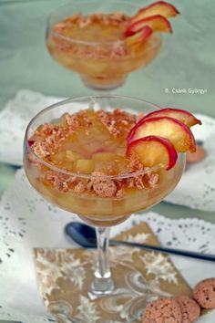 Zselés-fűszeres almakompót karamellizált gyümölcsszeletekkel, mandulás kekszdarabokkal. Hozzávalók 4 kehelyhez 4 szem nagyobb savanykás alma 1 csillagánizs 1 kardamom kevés őrölt fahéj 4 evőkanál cukor 1 citrom leve 5-6 dl víz 4 lapzselatin (agar-agarral helyettesíthető) 1 marék Amaretti keksz vagy diógrillázs 1 alma 4 evőkanál cukor 1 kk víz 4 dkg vaj pár csepp citrom Elkészítés Az almákat tisztítsd meg, távolítsd el a magházakat. Vágd apró kockákra és borítsd egy tál citromos, hideg vízbe… Punch Bowls, Deserts, Tableware, Sweet, Spoon, Caramel, Dinnerware, Dishes, Dessert