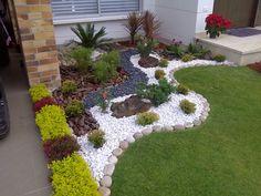 jardines pequeños con piedras y troncos.