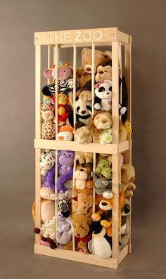 Caixa de madeira foi usada para guardar todos os bichinhos de pelúcia.