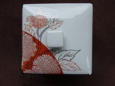 """MATÉRIEL : - Une éponge à éclater (éponge synthétique à éclater avec un embout pour la tenir) en vente chez M'Art'In porcelaine entre autres. - Un petit couvercle de """"mini confiture"""" par exemple. - De l'alcool. - Une éponge fine (rose) pour putoiser. PRÉPARATION : - On prépare la peinture à base de pigments classiques ou métalliques et d'huile molle. - Ce n'est pas facile de déterminer si la préparation est bonne car la peinture est """"amorphe"""" elle n'a pas la texture """"coulante"""" ou """"fil..."""
