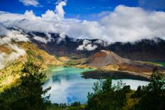 Lake Segara Anak is a crater lake contained within Mount Rinjani on the island of Lombok in Indonesia Lombok, Cool Places To Visit, Places To Travel, Places To Go, Hiking Spots, Hiking Trails, White Sand Beach Bali, Whatsapp Wallpaper, The World's Greatest