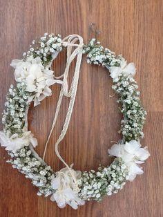 Corona de flores con hortensias y paniculata. Para fiestas y comuniones