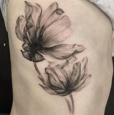 Afbeeldingsresultaat voor x-rayed flower tattoo artist Up Tattoos, Skull Tattoos, Black Tattoos, Body Art Tattoos, Aquarell Tattoo Schwarz, Aquarell Tattoos, Flower Tattoo On Ribs, Flower Tattoos, Tatuaje Cover Up