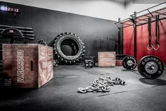 Crossfit strikes again! These CrossFit gyms really are amazing. May need to check out crossfit! Crossfit Garage Gym, Crossfit At Home, At Home Gym, Backyard Gym, Luxury Gym, Dream Gym, Gym Facilities, Gym Interior, Home Gym Design