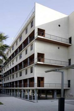 An architectonical experiment built in Barcelona bitween 1933 and 1936 for the working class Barcelona Catalonia, Le Corbusier, Master Plan, Modern Architecture, Facade, Beach House, Multi Story Building, Art Deco, Exterior