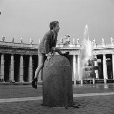 Roma negli anni Cinquanta, solita e stupenda: Un ragazzino gioca in piazza San Pietro in Vaticano, nel 1955. (Vecchio/Three Lions/Getty Images) - Il Post