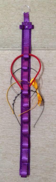 Porta tiara confeccionado com fita de gorgurão e cetim. Espaço para 10 tiaras..    *Consulte cores disponíveis.