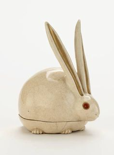 Kyoto ware incense box in shape of crouching rabbit or hare. Stoneware with enamels over clear glaze. Artist : Nonomura Ninsei, active ca. 1646-77. Kyoto, Kyoto prefecture, Japan