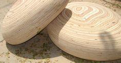 Hauríem de dir-ne Pedra-tamburet,  ja que imita les pedres arrodonides amb molt encert i molt encant però, són peces que han estat creades per seure!