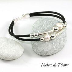 Pulsera de cuero con plata de primera ley y perla. Elegante y perfecta para regalar: Para mujer. Con medallas para personalizar.