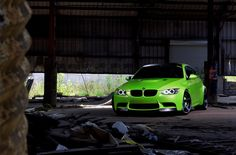 pozrite natu tmavu garaž a to svedle auto