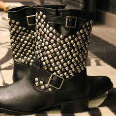 Botas negras de media caña con detalles metálicos