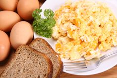 Scrambled eggs are a great snack for kids and a healthy breakfast for the whole family. Make perfect scrambled eggs every time with this healthy recipe for kids. Brain Healthy Foods, Healthy Egg Recipes, Brain Food, Healthy Meals For Kids, Raw Food Recipes, Kids Meals, Healthy Eating, Breakfast Casserole Easy, Breakfast Recipes
