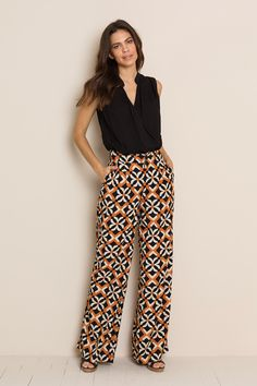 Models draped in black floral pants with pockets Look Fashion, Womens Fashion, Fashion Details, Floral Pants, Look Cool, Casual Looks, Spring Outfits, Casual Outfits, Dresses For Work