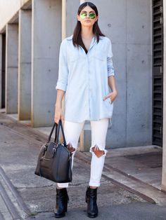 STYLIGHT Streetview: der Streetstyle des Tages! Heute mit weißer Skinny Jeans und langer hellblauer Boyfriend Bluse. Dazu schwarze Lederbooties und -tasche und man hat den perfekten Look.