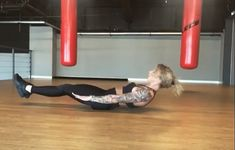 One-arm push ups are a flexible bodyweight exercise. They're fantastic for weight loss, enhancing cardiovascular fitness and reinforcing the body. Find out how to do One-arm rise with this exercise video. Gym Workouts, At Home Workouts, Dumbbell Workout, Butt Workout, Fat Burning Workout, Fitness Transformation, Physical Fitness, Yoga Fitness, Health And Fitness