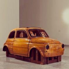 De houten mal waar vroeger de metalen platen van de Fiat 500 mee werden gevormd. Momenteel te bezichtigen in het Design Museum Holon, Israël.