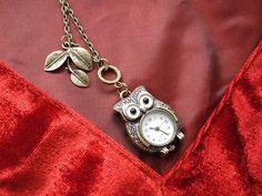 http://de.dawanda.com/product/14682733-Kettenuhr-Uhr-Eule    Die Uhr ist eine Quarzuhr - Batterie ist schon enthalten. Sie lässt sich per Druckknopf öffnen.