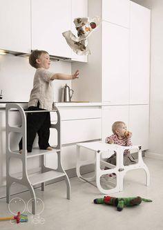 Petit tour d'assistance / step tabouret pour enfant en bas âge à l'aide de petit assistant pour aider maman.  « Je suis trop court à voir, ce que ma maman fait là sur la table, mais jai un tel vous pour laider!!! »  Permet de donner une chance de nos petits aides nous aident d'une manière sécurisée à l'aide d'un tabouret approprié, afin que l'enfant puisse atteindre le comptoir de cuisine pour apprendre les bases de cuisson.  S'il vous plaît, voir la vidéo sur comment robuste les taboure...