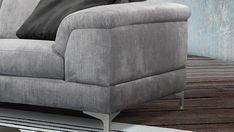 Az Arezzo ülőgarnitúra olasz dizájn, gondosan válogatott alapanyagyagokból, kézzel egyedileg készített minimalista formavezetésű ülőbútor. Metál lábak, kevés varrás és tűzés jellemzi. A magas metál lábak indusztriális jelleget kölcsönöznek, ugyanakkor légiessé teszik. Az Arezzo ülőgarnitúra vastag, párnázott karfájával rendelkezik. Mély és széles ülése és mechanikusan 8 pozícióba állítható fejtámlája által ugyanakkor kényelmet adunk a loft szerelmeseinek.