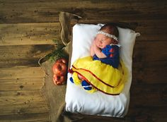 See these Snow White-inspired baby and toddler photo shoots just in time for the anniversary of the Disney fairy tale classic. Disney Princess Babies, Disney Princess Costumes, Baby Disney, Newborn Pictures, Baby Pictures, Baby Photos, Couple Halloween Costumes For Adults, Teen Costumes, Woman Costumes