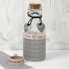 13401 Een gedecoreerde glazen fles met Paris Design papier