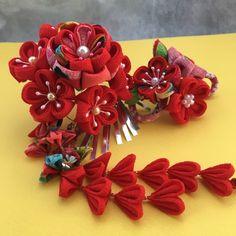 赤を主体にした華やかな簪です。二股簪9㎝とUピン小花簪の2本セットになります。二股簪の花全体の大きさは9㎝、下がり14㎝、銀ビラ15枚Uピン小花簪は6㎝×5㎝