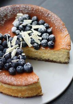 Paistettu valkosuklaajuustokakku - Lunni leipoo Food For Eyes, Funny Cake, Good Food, Yummy Food, No Bake Desserts, Let Them Eat Cake, Chocolate Recipes, Yummy Cakes, Cupcake Cakes