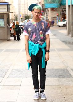 Jorge lleva una camiseta de Anticulture, un pantalón de Nudie Jeans y zapatillas, gorra y sudadera de Vans.