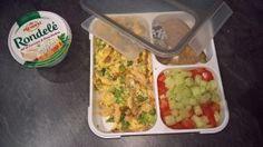 Bento préparé à partir des restes du poulet rôti, salade tomates-concombre et tartine de Rondelé