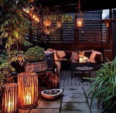 CENÁRIO ROMÂNTICO  | O inverno pede um certo romantismo...Que tal criar um ambiente assim na área externa? Aqueça a decoração com velas, mantas, almofadas e um belo tapete. #inspiracao #decoracao #inverno #areaexterna #ficaadica #SpenglerDecor